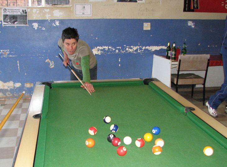 r playing pool