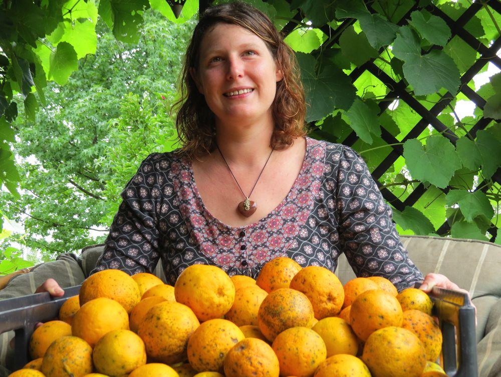 r Sarah Derrett with Oranges for MC